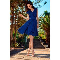 Sukienka kopertowa z wiązaniem l253. Niebieskie sukienki damskie Lemoniade, na lato, w paski, z kopertowym dekoltem. W wyprzedaży za 129.00 zł.
