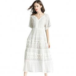 Sukienka w kolorze białym. Białe sukienki damskie Ostatnie sztuki w niskich cenach, w koronkowe wzory, z koronki, z okrągłym kołnierzem. W wyprzedaży za 164.95 zł.