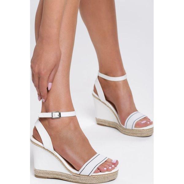 sandały na koturnie białe