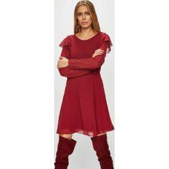 Pepe Jeans - Sukienka Maia. Czerwone sukienki damskie Pepe Jeans, z jeansu, casualowe, z okrągłym kołnierzem, z długim rękawem. W wyprzedaży za 239.90 zł.