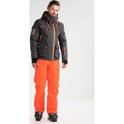 Oakley VERTIGO  Spodnie narciarskie neon orange. Spodnie sportowe męskie Oakley, z materiału. W wyprzedaży za 863.20 zł.