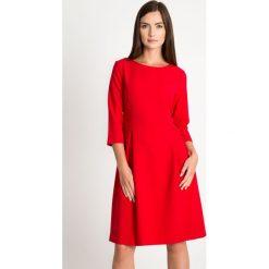 Czerwona rozkloszowana sukienka QUIOSQUE. Czerwone sukienki damskie QUIOSQUE, z tkaniny, biznesowe, z dekoltem w łódkę, z długim rękawem. W wyprzedaży za 139.99 zł.
