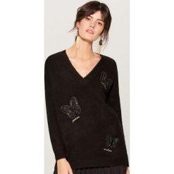 Melanżowy sweter z aplikacją - Czarny. Swetry damskie marki bonprix. W wyprzedaży za 79.99 zł.