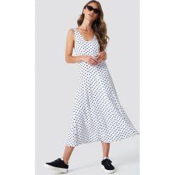 NA-KD Trend Sukienka midi z guzikami - White. Białe sukienki damskie NA-KD Trend, z okrągłym kołnierzem. Za 161.95 zł.