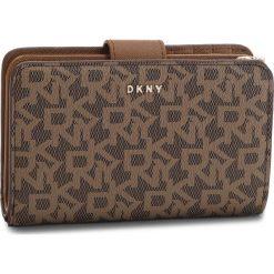 Duży Portfel Damski DKNY - Bryant Sm Carryall R831J659 Mocha Logo-Vic 9MV. Brązowe portfele damskie DKNY, ze skóry ekologicznej. Za 419.00 zł.