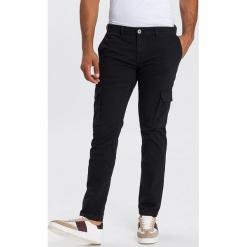 """Dżinsy """"Cargo"""" - Tapered fit - w kolorze czarnym. Czarne jeansy męskie Cross Jeans. W wyprzedaży za 136.95 zł."""
