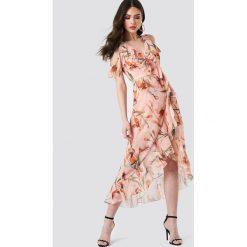 Trendyol Sukienka w kwiaty z wycięciami na ramionach - Pink. Różowe sukienki damskie Trendyol, w kwiaty, z poliesteru, z kopertowym dekoltem. Za 222.95 zł.
