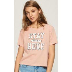 T-shirt z nadrukiem - Różowy. Czerwone t-shirty damskie Sinsay, z nadrukiem. Za 19.99 zł.