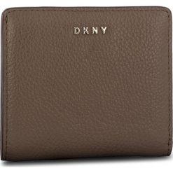 Mały Portfel Damski DKNY - Bifold Wallet R83ZA657 Desert DES. Brązowe portfele damskie DKNY, ze skóry. Za 339.00 zł.