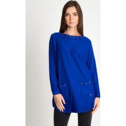 Kobaltowy sweter z kieszeniami na przodzie QUIOSQUE. Niebieskie swetry damskie QUIOSQUE, z jeansu, z dekoltem na plecach. Za 159.99 zł.