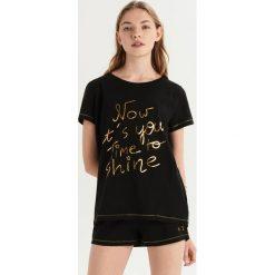 Dwuczęściowa piżama z połyskującą aplikacją - Czarny. Czarne piżamy damskie Sinsay, z aplikacjami. Za 39.99 zł.