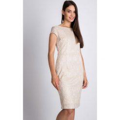 Beżowa sukienka z koronką QUIOSQUE. Brązowe sukienki damskie QUIOSQUE, w koronkowe wzory, z koronki, eleganckie, z kopertowym dekoltem, z krótkim rękawem. W wyprzedaży za 129.99 zł.