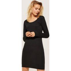 Dopasowana sukienka basic - Czarny. Czarne sukienki damskie House. W wyprzedaży za 39.99 zł.