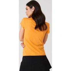 NA-KD Basic T-shirt z surowym wykończeniem - Orange. Pomarańczowe t-shirty damskie NA-KD Basic, z bawełny, z okrągłym kołnierzem. W wyprzedaży za 26.48 zł.