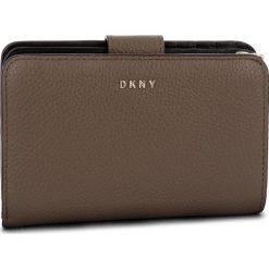 Duży Portfel Damski DKNY - Sm Carryall R83ZA659 Desert DES. Brązowe portfele damskie DKNY, ze skóry. Za 549.00 zł.