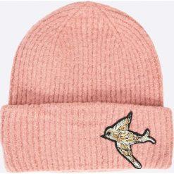 Pieces - Czapka Regitta. Różowe czapki i kapelusze damskie Pieces, z dzianiny. W wyprzedaży za 59.90 zł.