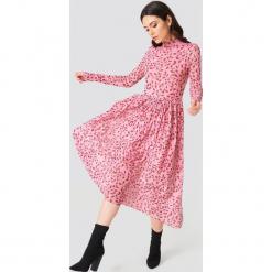 NA-KD Trend Siateczkowa sukienka midi z długim rękawem - Pink,Red,Multicolor. Czerwone sukienki damskie NA-KD Trend, z elastanu, ze stójką, z długim rękawem. Za 194.00 zł.