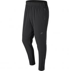 New Balance MP71046BK. Czarne spodnie sportowe męskie New Balance, z elastanu. W wyprzedaży za 169.99 zł.