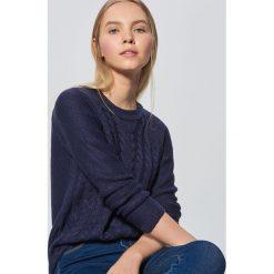 Lekki sweter z warkoczowym splotem - Granatowy. Niebieskie swetry damskie Cropp, ze splotem. Za 69.99 zł.
