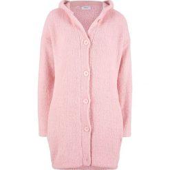 Długi sweter rozpinany z puszystej przędzy bonprix pastelowy jasnoróżowy. Kardigany damskie marki bonprix. Za 79.99 zł.
