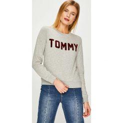 Tommy Hilfiger - Bluza. Szare bluzy damskie Tommy Hilfiger, z aplikacjami, z bawełny. Za 449.90 zł.