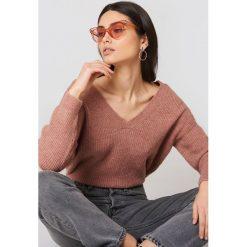 NA-KD Sweter z dekoltem V - Pink. Różowe swetry damskie NA-KD, z dzianiny. W wyprzedaży za 113.37 zł.