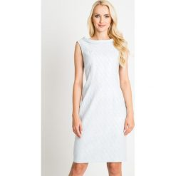 Pastelowa błękitna sukienka z połyskiem QUIOSQUE. Niebieskie sukienki damskie QUIOSQUE, z tkaniny, eleganckie, z kopertowym dekoltem, bez rękawów. W wyprzedaży za 139.99 zł.