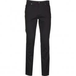 """Dżinsy """"Tramper"""" - Slim fit - w kolorze czarnym. Czarne jeansy męskie Mustang. W wyprzedaży za 152.95 zł."""