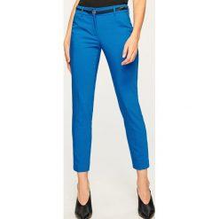 Spodnie z paskiem - Niebieski. Spodnie materiałowe damskie marki Reserved. W wyprzedaży za 49.99 zł.