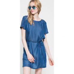 Wrangler - Sukienka. Szare sukienki damskie Wrangler, w paski, z lyocellu, casualowe, z okrągłym kołnierzem, z krótkim rękawem. W wyprzedaży za 179.90 zł.