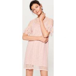 Koronkowa sukienka z falbankami - Różowy. Czerwone sukienki damskie Mohito, z koronki, z falbankami. W wyprzedaży za 59.99 zł.