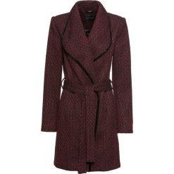 Płaszcz kopertowy bonprix czerwony rubinowy - czarny wzorzysty. Płaszcze damskie marki FOUGANZA. Za 239.99 zł.