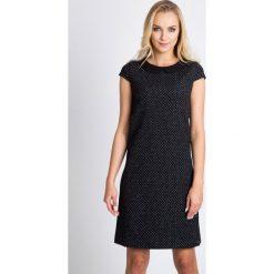 Dzianinowa sukienka z czarnym kołnierzykiem QUIOSQUE. Czarne sukienki damskie QUIOSQUE, z dzianiny, eleganckie, z krótkim rękawem. W wyprzedaży za 149.99 zł.