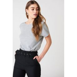 NA-KD Basic T-shirt z odkrytymi plecami - Grey. Szare t-shirty damskie NA-KD Basic, z bawełny, z dekoltem na plecach. Za 52.95 zł.