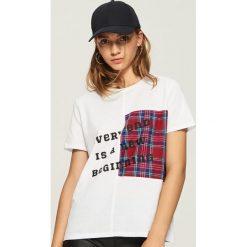 T-shirt z aplikacją - Biały. Białe t-shirty damskie Sinsay, z aplikacjami. W wyprzedaży za 19.99 zł.
