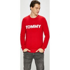 Tommy Jeans - Sweter. Różowe swetry przez głowę męskie Tommy Jeans, z aplikacjami, z bawełny, z okrągłym kołnierzem. Za 359.90 zł.