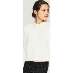 Sweter z aplikacją na kołnierzu - Kremowy. Białe swetry damskie Sinsay. Za 79.99 zł.