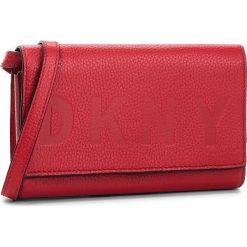 Torebka DKNY - Commuter Wallet On A String R835A670 Rouge RGE. Czerwone listonoszki damskie DKNY, ze skóry. Za 549.00 zł.