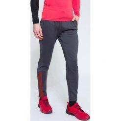 Spodnie treningowe męskie SPMTR203 - ciemny szary. Szare spodnie sportowe męskie 4f, z elastanu. W wyprzedaży za 99.99 zł.