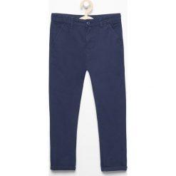Spodnie chino - Niebieski. Spodnie materiałowe damskie marki bonprix. W wyprzedaży za 39.99 zł.