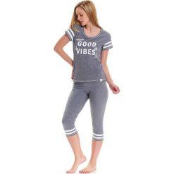 Piżama w kolorze szarym - t-shirt, legginsy. Szare piżamy damskie Doctor Nap, z nadrukiem. W wyprzedaży za 74.95 zł.