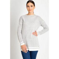 Szary sweter z białymi wstawkami QUIOSQUE. Białe swetry damskie QUIOSQUE, z dzianiny. W wyprzedaży za 79.99 zł.