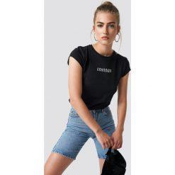 NA-KD Trend T-shirt z surowym wykończeniem The Unknown - Black. Czarne t-shirty damskie NA-KD Trend, z nadrukiem, z jersey, z okrągłym kołnierzem. Za 72.95 zł.