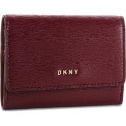 Mały Portfel Damski DKNY - Bryant Card Case Id R82Z3503 Blood Red XOD. Czerwone portfele damskie DKNY, ze skóry. Za 289.00 zł.