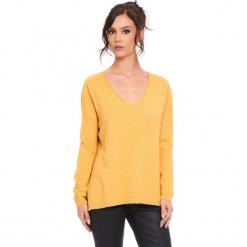 """Sweter """"Talia"""" w kolorze musztardowym. Żółte swetry damskie Cosy Winter, ze splotem. W wyprzedaży za 181.95 zł."""