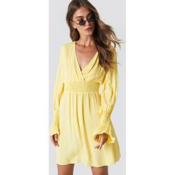 Trendyol Sukienka z marszczoną talią - Yellow. Żółte sukienki damskie Trendyol, dekolt w kształcie v. Za 60.95 zł.