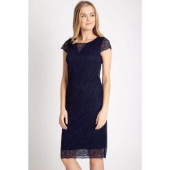 Granatowa koronkowa sukienka QUIOSQUE. Szare sukienki damskie QUIOSQUE, w koronkowe wzory, z koronki, eleganckie, z kopertowym dekoltem, z krótkim rękawem. W wyprzedaży za 159.99 zł.