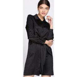 Czarna Sukienka Good News. Czarne sukienki damskie Born2be, klasyczne, z klasycznym kołnierzykiem, z długim rękawem. Za 99.99 zł.