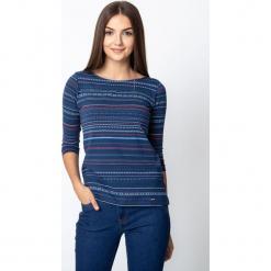 Granatowa bluzka w etniczny wzór QUIOSQUE. Niebieskie bluzki damskie QUIOSQUE, z nadrukiem, z dzianiny, klasyczne, z dekoltem w łódkę, z długim rękawem. Za 79.99 zł.