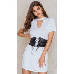 Boohoo Sukienka gorsetowa typu T-Shirt - White. Białe t-shirty damskie Boohoo, w paski, z chokerem. W wyprzedaży za 30.29 zł.